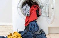 Почему моющее средство остается на моей одежде после стирки